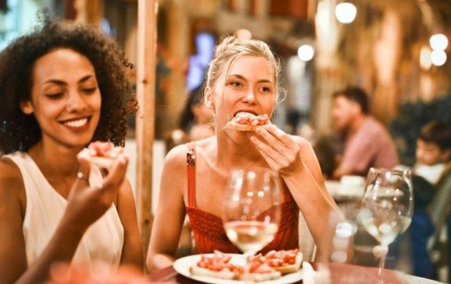 Устоять любой ценой: диетолог поделилась секретными способами  не переедать на застольях