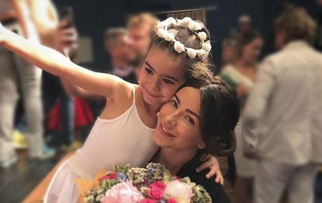 Такая взрослая! Ани Лорак умилила сеть  праздничным фото с дочкой