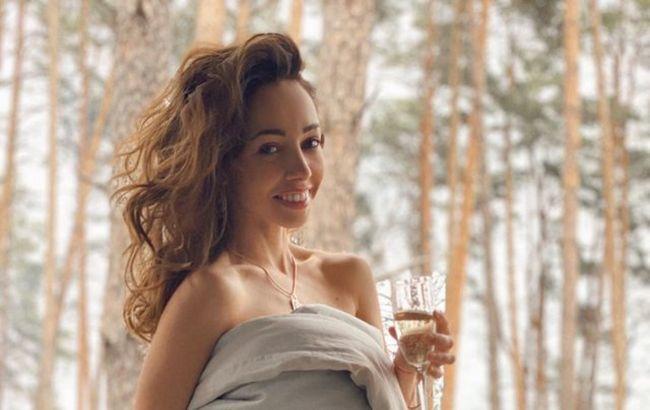 Волшебно, словно в сказке: расслабленная Кухар в ультрамини заворожила романтикой на пляже