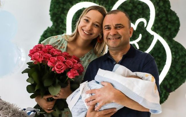 Жена Павлика очаровала семейным фото с сынишкой по особому поводу: время летит быстро