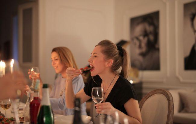 Топ-5 золотых правил питания в гостях: как не лопнуть за столом
