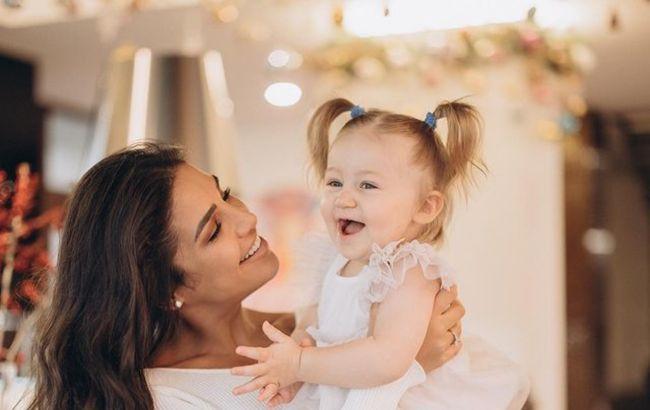 Глаз не оторвать: Димопулос в бикини очаровала фото с дочкой и внезапной встречей с Кухар на отдыхе