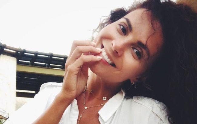 Щаслива Настя Каменських без макіяжу зарядила сонячним настроєм на яскравому відео