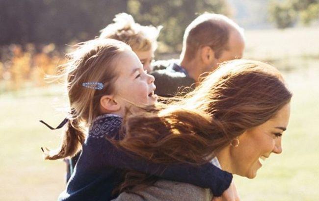 Кейт Миддлтон и принц Уильям с тремя детьми очаровали фотосетом в Кенсингтонских садах по особому поводу