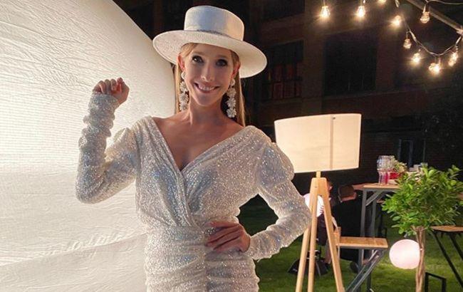 Стильна Катя Осадча вийшла в світ в ефектній сукні за 11 500 грн