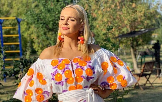 Зваблива українська телеведуча засвітила стрункі ніжки в ефектному вбранні (фото)