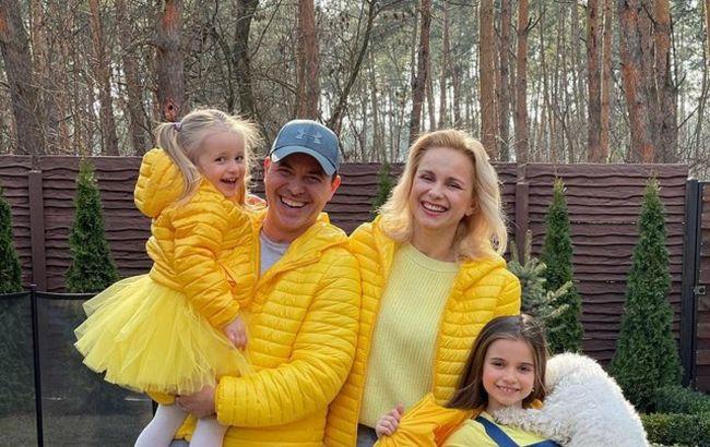 Разом регочемо до сліз: Ребрик з чоловіком і доньками в сонячних аутфітах влаштувала круті танці