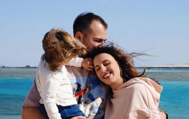 Остается просто любить: беременная Джамала растрогала сеть домашним кадром с мужем и сыном