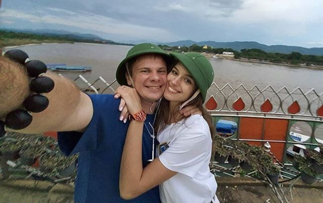 Спізнювалися на літак: Комаров розкрив деталі яскравої поїздки з коханою в Таїланд