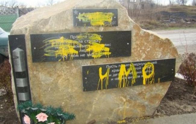 Фото: Обрисованные памятники (vk.com/st_lug)