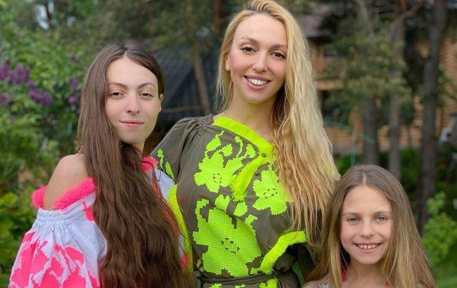 Шопинг с малолетками: Оля Полякова устроила веселый девичник с дочками