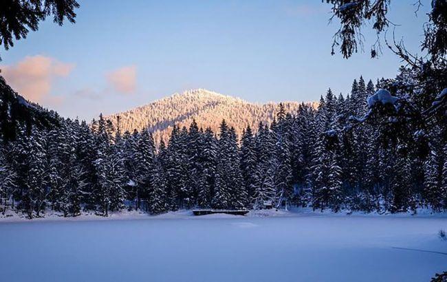 В Карпатах замерзло знаменитое озеро Синевир: можно пройти вдоль и поперек (фото)
