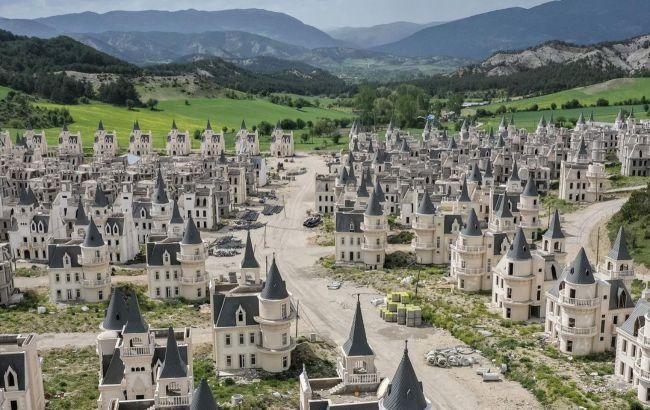 """Сотні замків: покинуте """"місто мільйонерів"""" у Туреччині дивує туристів"""