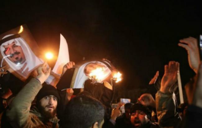 Фото: нападение на посольство Саудовской Аравии в Иране (AFP)