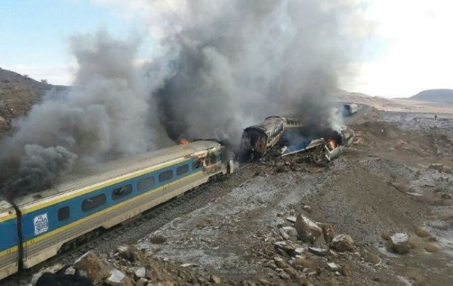Фото: в Ірані зіткнулися два пасажирські потяги