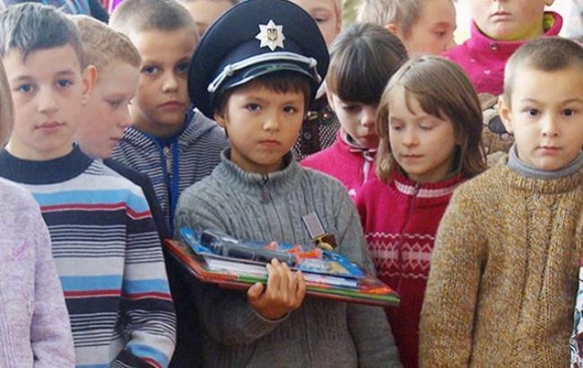 Фото: Дев'ятирічний Богдан (посередині) (fakty.ua)