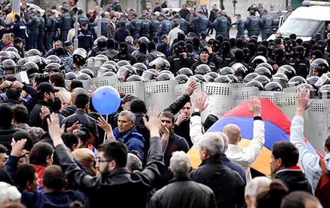 Фото: протесты в Ереване (izvestia/twitter)