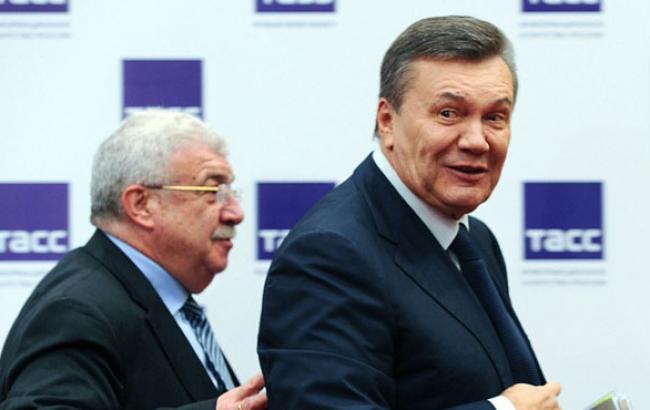 Фото: Віктор Янукович йде з прес-конференції (tass.ru)