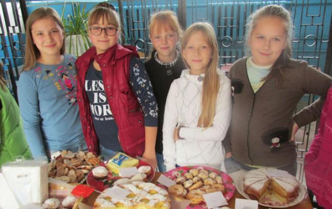 Фото: Учасниці шкільного ярмарку для бійців АТО (facebook.com)