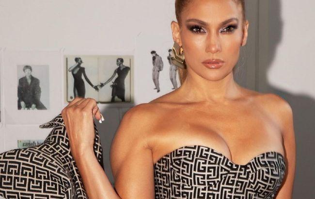Дух захоплює: 51-річна Дженніфер Лопес ледь помістила пишні форми в тісну міні-сукню