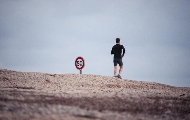 Житель Дніпра 13 годин біг єгипетською пустелею заради хворих дітей