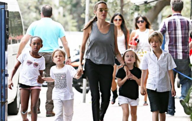 Фото: Анджеліна Джолі з дітьми (hellomagazine.com)