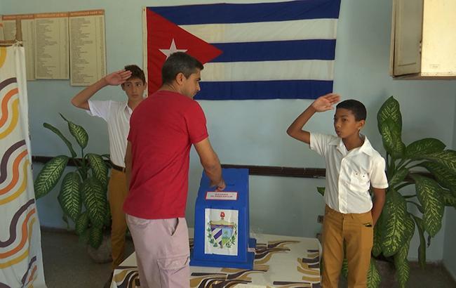 На Кубе выбирают парламент, который назначит преемника Кастро