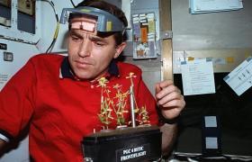 "Леонид Каденюк в шаттле ""Колумбия"" во время миссии STS-87 (фото: nasa.gov)"
