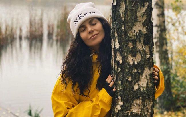 Яскрава і спокуслива: Настя Каменських показала, як носити стильну куртку-оверсайз