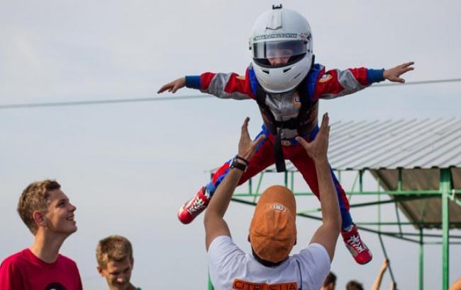 Фото: Папа юного картингиста не смог сдержать радости (odessamedia.net)
