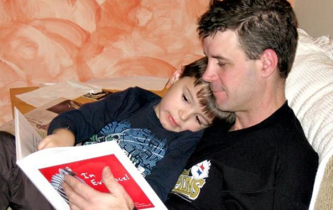 Фото: Папа читает сказку сыну (youtube.com)