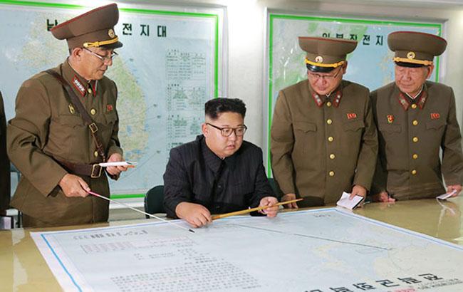 Фото: лидер КНДР Ким Чен Ын на совещании с военными (kcna.kp)