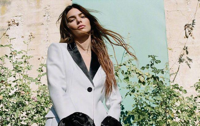 Жилет на голое тело и широкие брюки: Кендалл Дженнер восхитила новым стильным нарядом