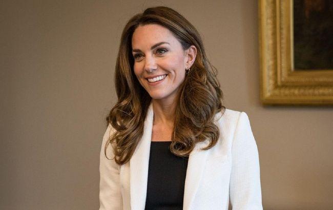Кейт Миддлтон восхитила стройной фигурой в трендовом наряде любимого оттенка