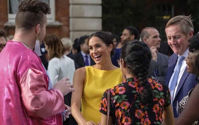 Цветущая и счастливая: Меган Маркл впервые после свадьбы показалась на публике в ярком образе