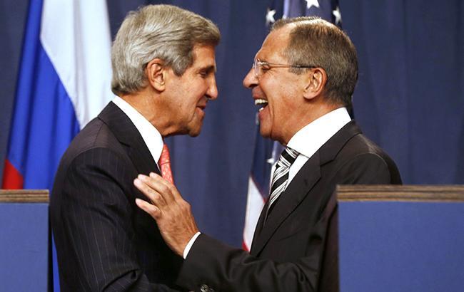 Глава МИД РФ Сергей Лавров (справа) не скрывает, что Россия хочет стать миротворцем на Ближнем востоке (слева секретарь Госдепартамента США Джон Керри)