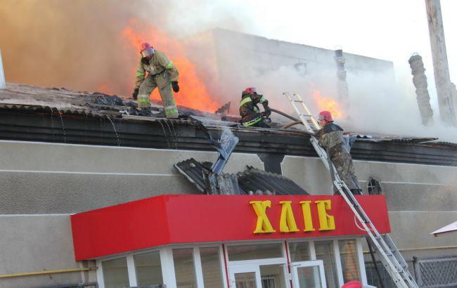 Фото: на місці пожежі у Харкові працювали 9 відділень пожежно-рятувальної служби ДСНС