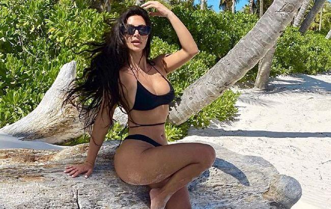 Все в сборе: Ким Кардашьян поделилась жарким пляжным фото с сестрами
