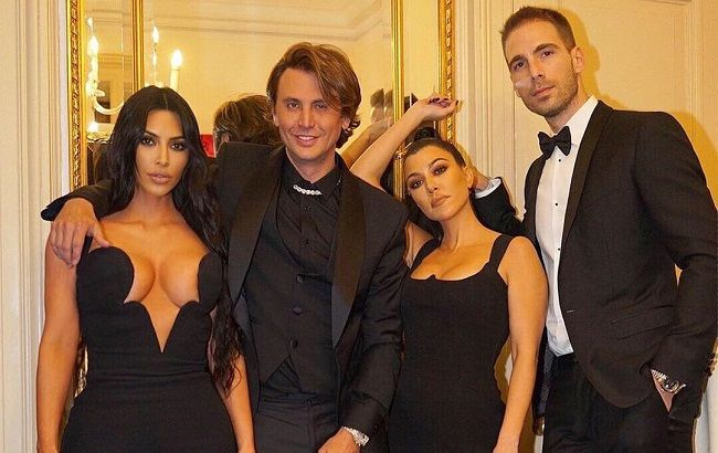 03c643f3a17 Кім Кардашян з сестрою Кортні в сукнях Versace показали глибокі ...