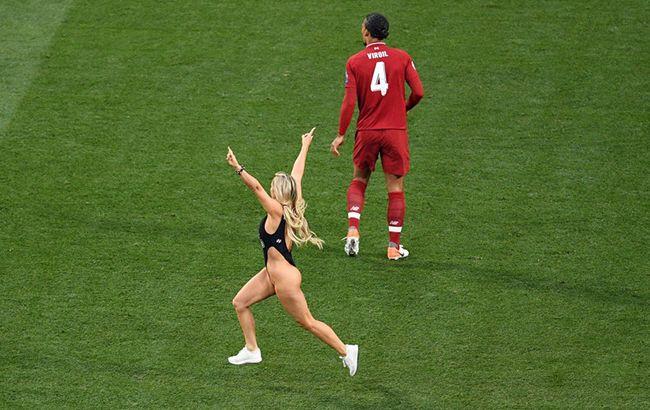 455e0d33ab041 Кинси Волански выбежала на поле в финале Лиги чемпионов Ливерпуль ...
