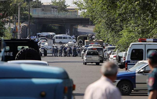 Фото: з будівлі поліції в Єревані звільнили ще одного заручника