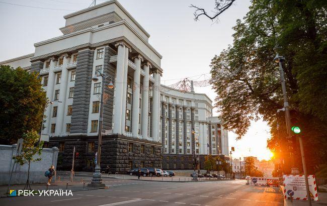 В здании Кабмина мужчина угрожает взорвать гранату