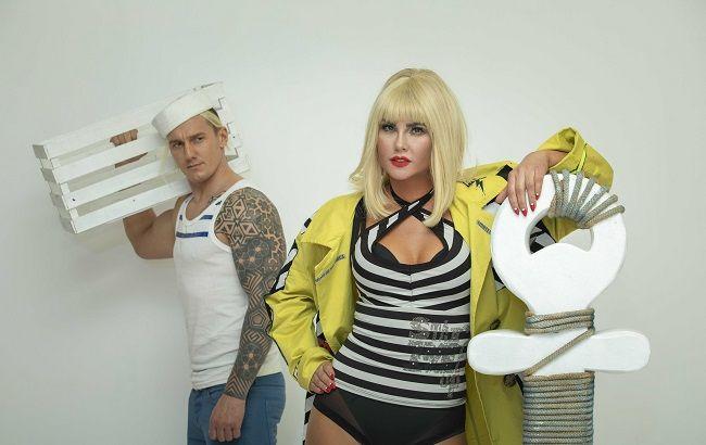 "Страсна блондинка в оточенні моряків: KAMALIYA презентує кліп ""Besame Mucho"""
