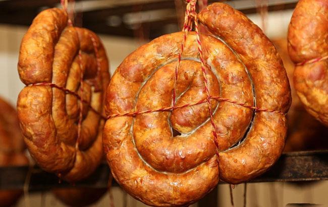"""На сімферопольському ринку """"зловили"""" заборонену українську ковбасу в """"компанії"""" з європейським сиром"""