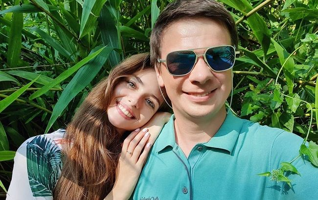 У квітнику: щасливий Дмитро Комаров позував в оточенні коханих жінок