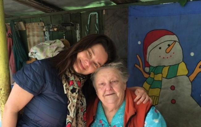 Фото: Наталья Королева с бабушкой (edinstvennaya.ua)