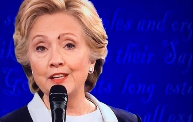 Фото: муха на брови Хилари Клинтон (news.rambler.ru)