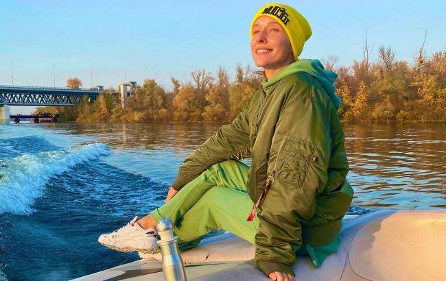 Намагаємось повторити: Катя Осадча в стильній жовтої шапці показала, як одягатися на осінню прогулянку