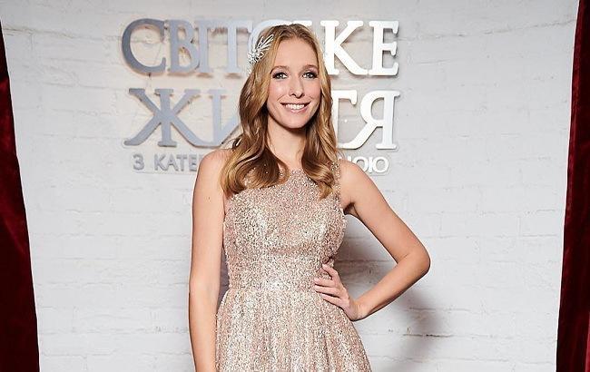 Катя Осадчая ошеломила роскошным вечерним платьем в праздничном ролике