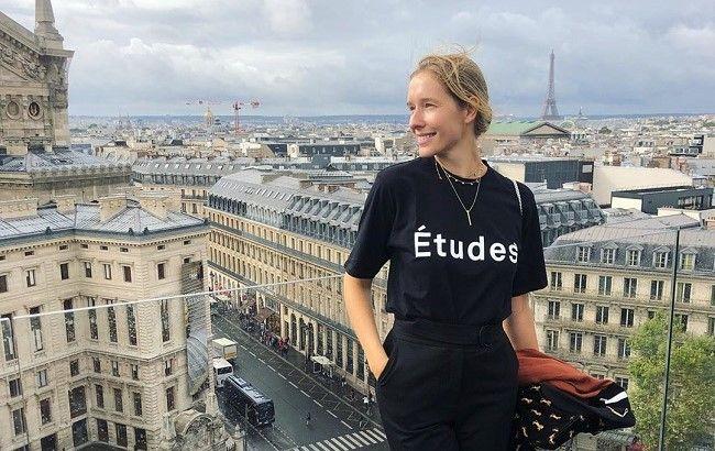 Лучезарная Катя Осадчая наслаждается теплой осенью в Париже